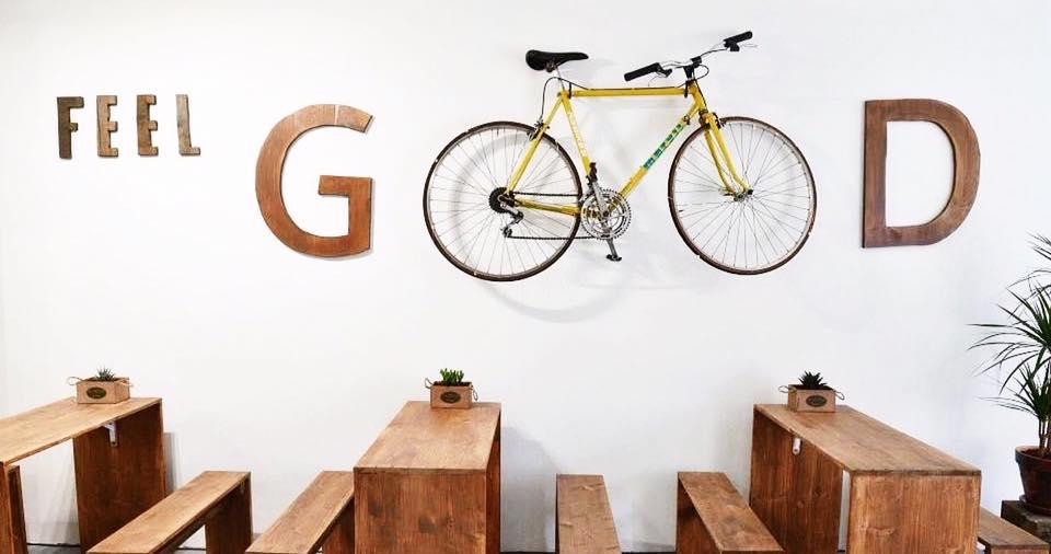 Décoration murale avec tables en bois et vélo suspendu