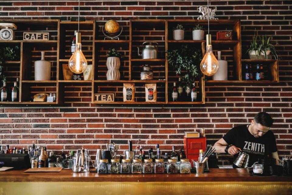 bar avec un mur de briques rouges au fond