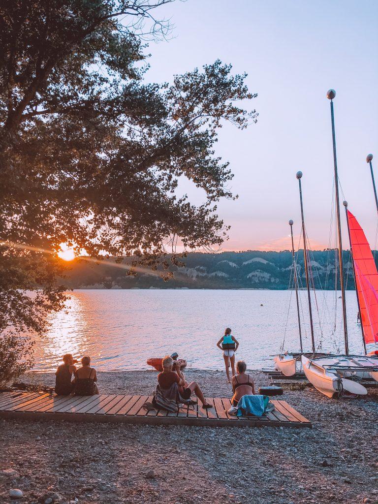 Que visiter dans les gorges du Verdon : location pédalo, planche à voile, catamaran, Verdon