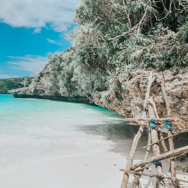 Echelle en bois pour accéder à la plage de kiki beach à Lifou