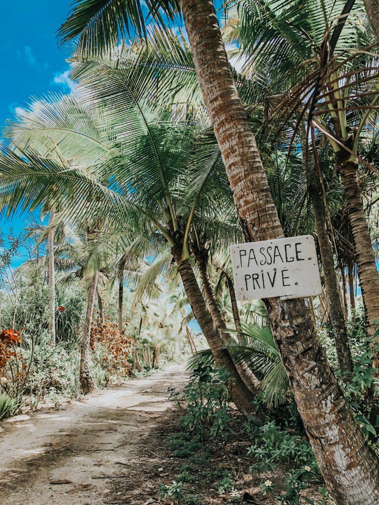 Passage privé pour accéder chez un sculpteur près de la plage de Peng, à lifou