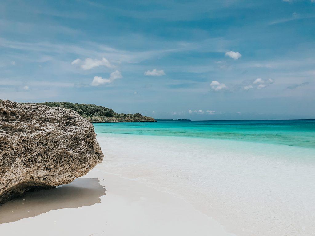 rocher le long de la plage de lifou avec la mer derrière