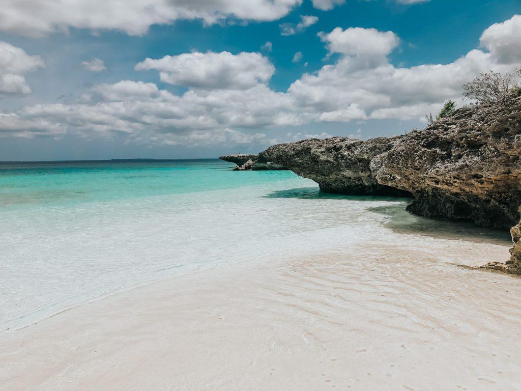Rocher le long de la plage de peng à Lifou